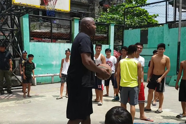 Pinoy kids get priceless treat in sharing local street court with surprise visitor Glen Rice