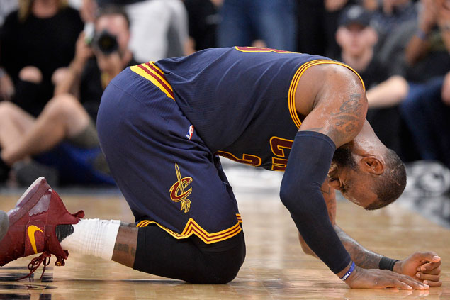 LeBron James shrugs off injury scare, insists he'll be ready to play in next Cavs game