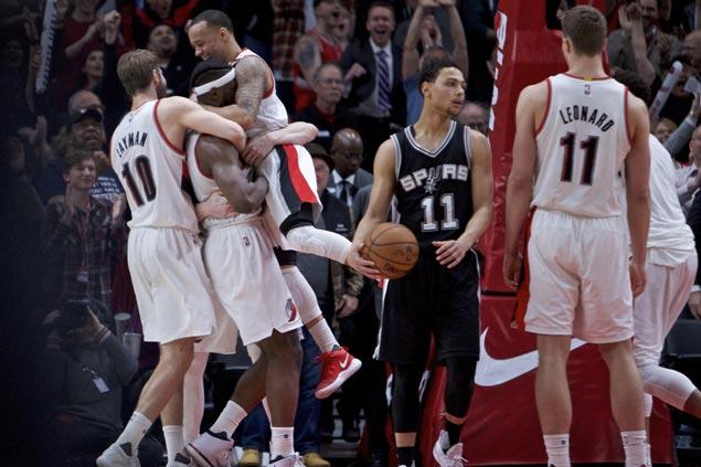 Noah Vonleh hits buzzer-beating layup as depleted Blazers stun skidding Spurs