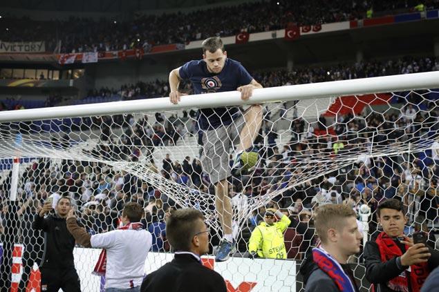Fan disorder mars Lyon's thrilling win over Besiktas in first leg of Europa League quarterfinals