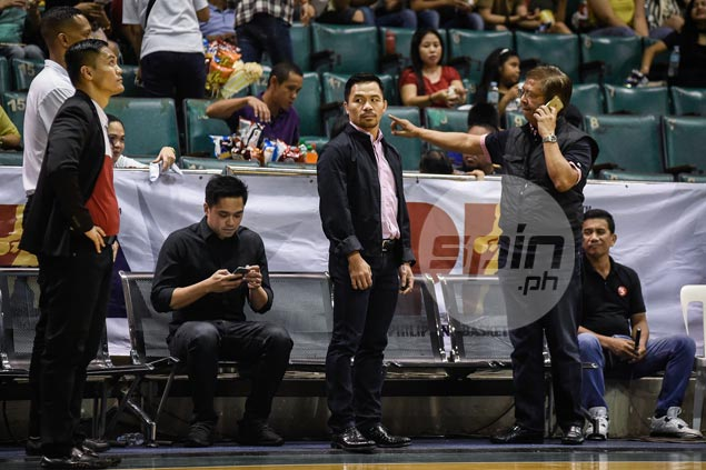 Pacquiao leaves without talking to Mahindra players inside dugout after blowout loss
