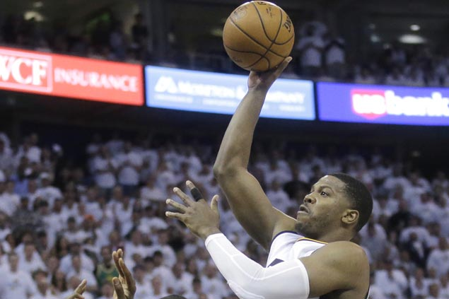Joe Johnson shows way as bench sparks Jazz past Clippers to tie series