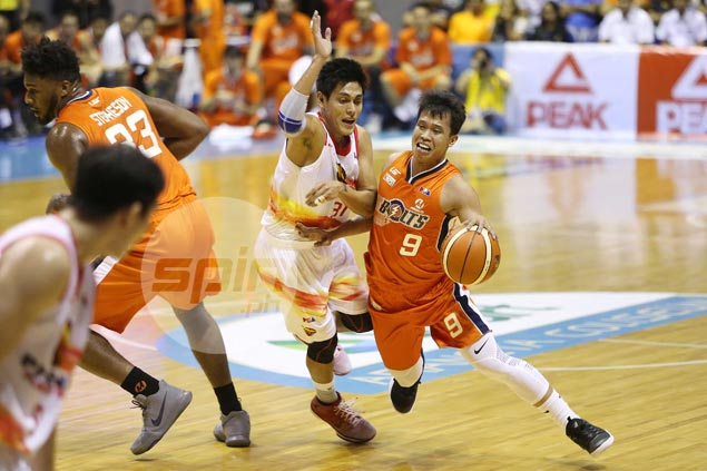 Meralco shows no sign of rust after layoff, grounds Phoenix to clinch playoff berth