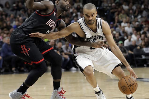 Tony Parker set for MRI after getting carried off due to leg injury late in Spurs' Game 2 win