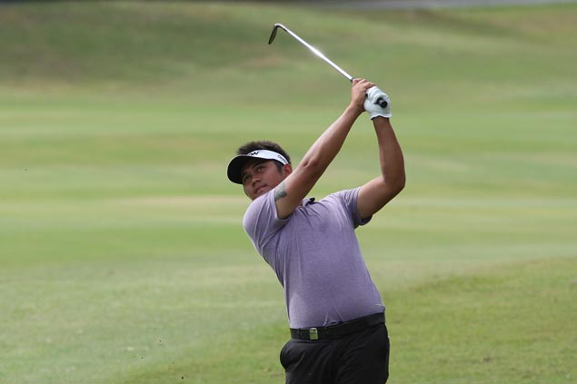 Clyde Mondilla takes solo lead after second round at Orchard