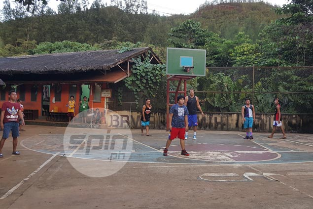 Asi Taulava 'spreads sunshine' to folks on remote island in game of street-style basketball