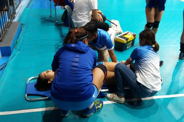 Kim Gequillana stretchered off court after hurting knee in Ateneo match against FEU