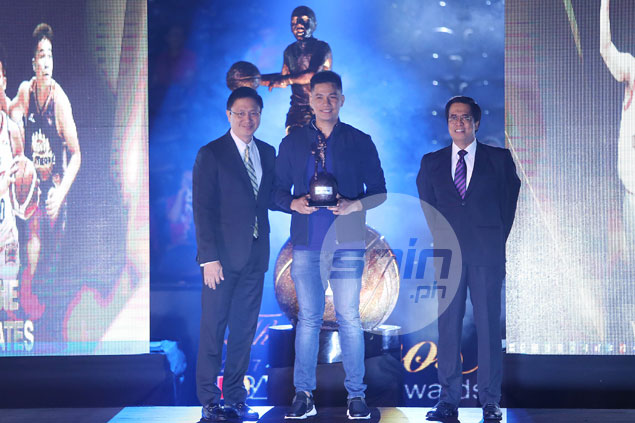 RR Pogoy accepts Rookie of the Year award wearing a borrowed coat. Here's why