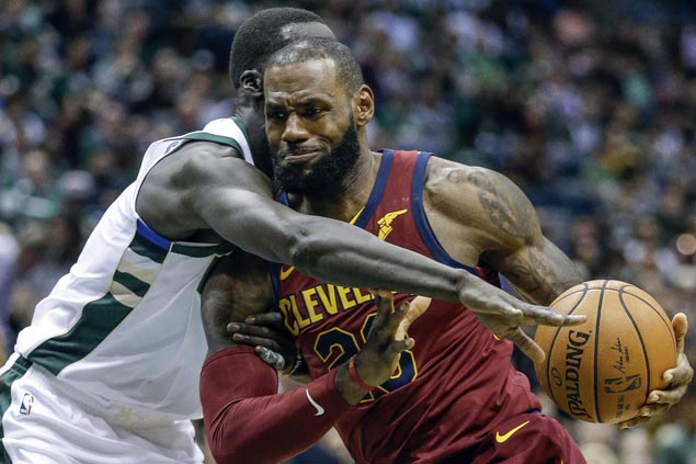 LeBron James, Kyle Korver sizzle from the arc in huge third-quarter run as Cavs beat Bucks