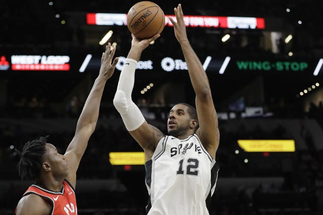 Sloppy Spurs overcome 20 turnovers to stay unbeaten and deal Raptors first loss of season