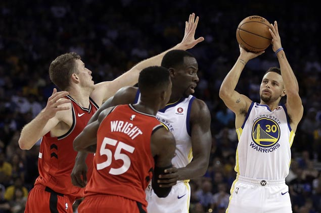 Steph Curry hits go-ahead triple as turnover-prone Warriors squeak past Raptors