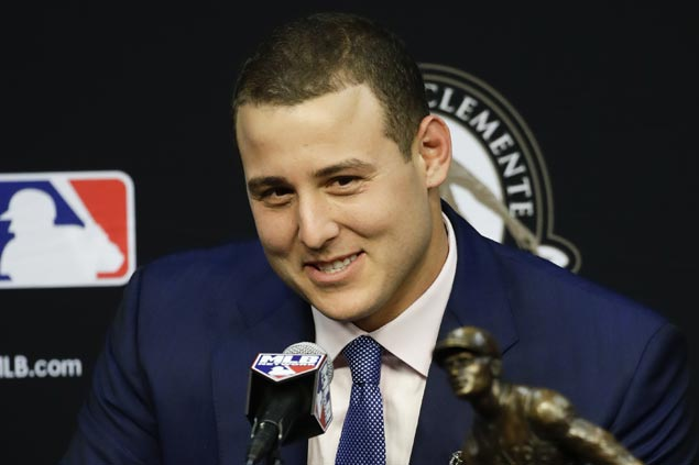 Cancer survivor Anthony Rizzo given Clemente award for sportsmanship and community involvement