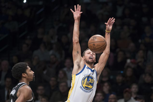 Stephen Curry scores 39 before fouling out and KD-less Warriors hold on to beat Nets