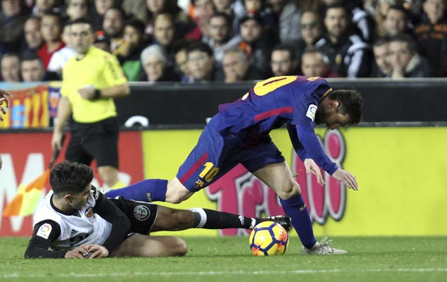 Barca salvages draw with Valencia as clash of La Liga leaders is marred by disallowed Messi goal