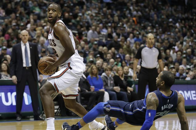 Khris Middleton catches fire late to power Bucks over Mavericks