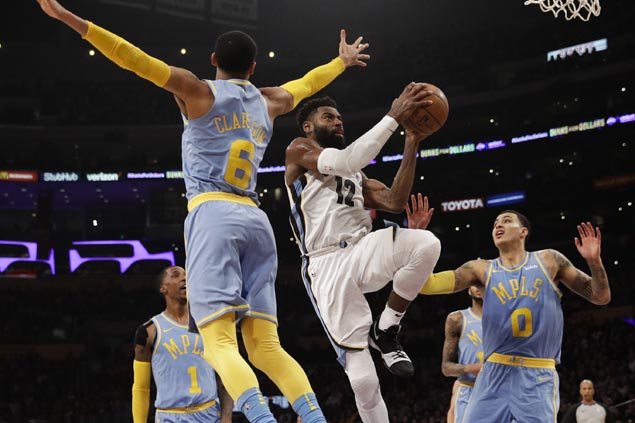 Tyreke Evans ties season-high 32 as Grizzlies pull away late to sink Lakers to fourth straight loss