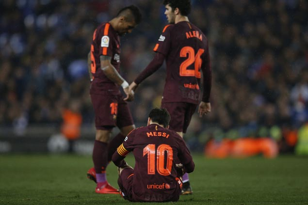 Diego Lopez stops Lionel Messi penalty as Espanyol ends Barcelona's unbeaten run at 29