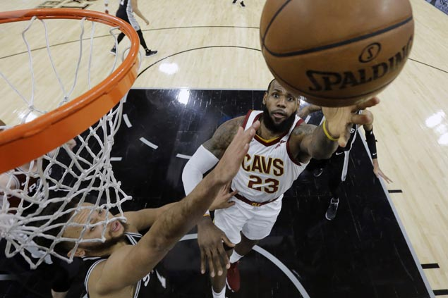 Spurs arrest two-game slide with victory over struggling Cavs, spoil LeBron James' milestone night