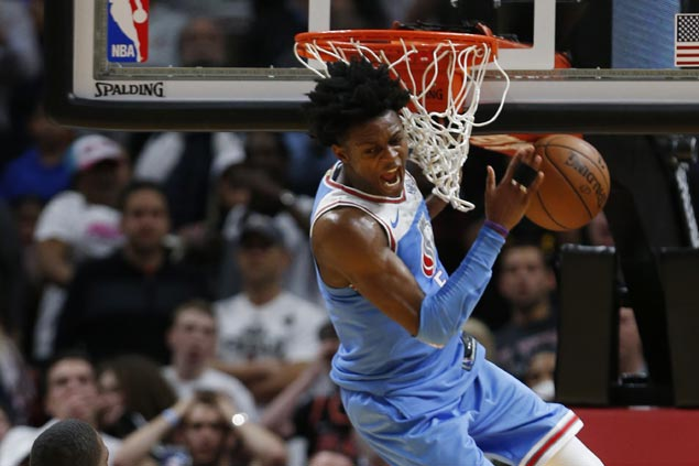 De'Aaron Fox slam caps fourth-quarter rally from 12 points down as Kings stun Heat