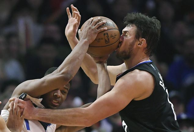 Clippers hold Mavs scoreless in final four minutes, spoil Dirk's milestone night