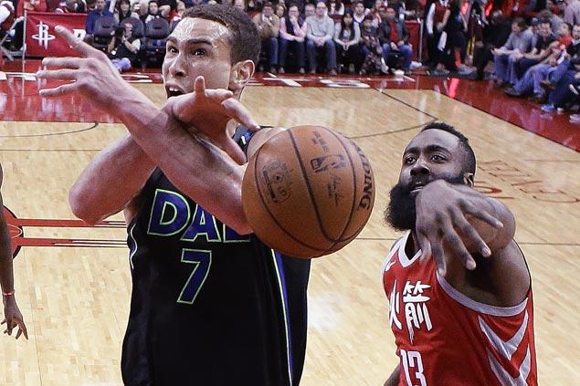 Rockets turn back Dirk-less Mavericks to stretch streak to eight