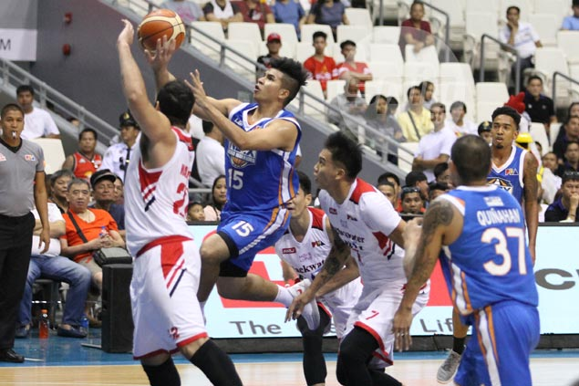 No hesitation on Kiefer Ravena's part to give way to red-hot Kevin Alas
