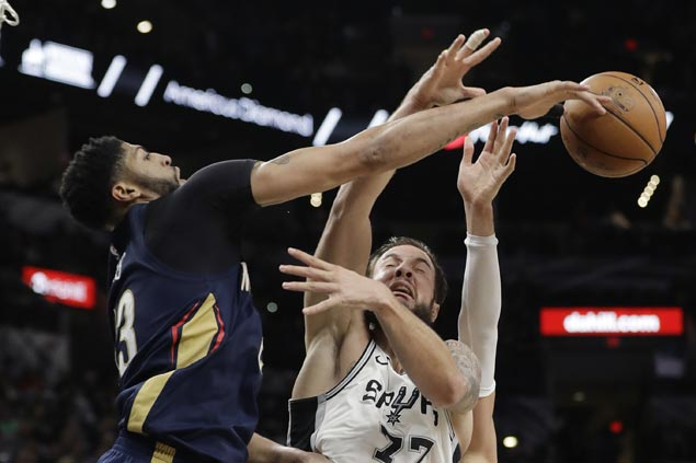 Pelicans make it seven straight wins as struggling Spurs lose Aldridge to injury