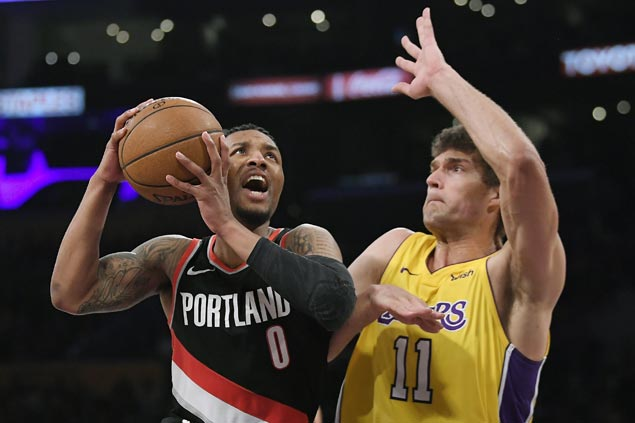 Damian Lillard catches fire in fourth as Blazers down Lakers
