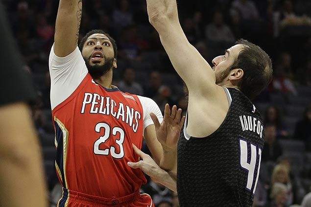 Anthony Davis exits with ankle injury but Pelicans hang on to beat Kings for 10th straight win