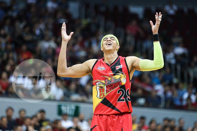 Arwind Santos alludes to 'shadow' over Game 3: 'Kasi lima lang kalaban, nagiging walo'