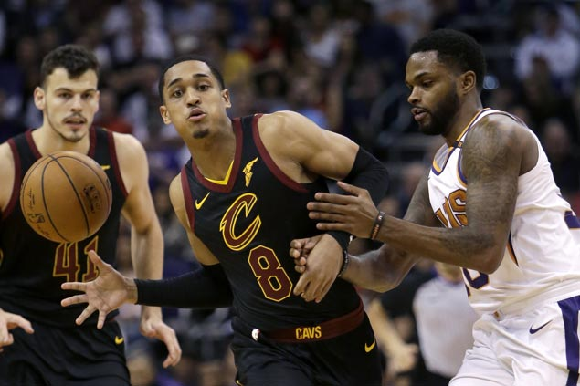 LeBron posts 69th career triple-double, Clarkson nails six treys in Cavs' rout of Suns