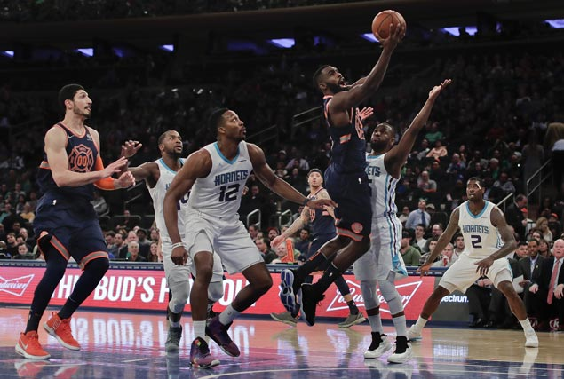 Knicks use balanced offense to beat Hornets and halt nine-game slide
