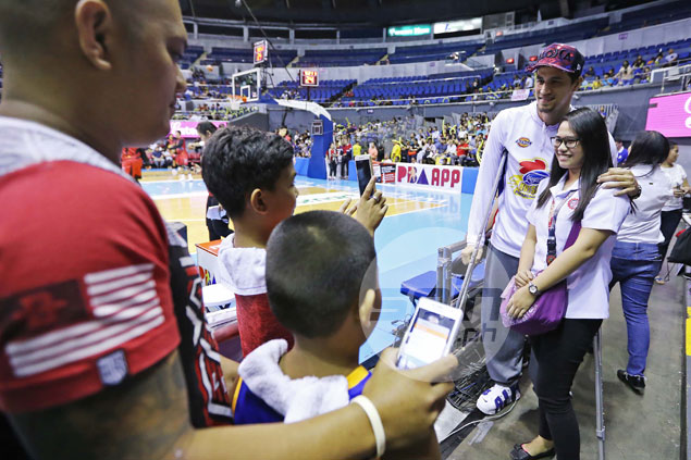 Marc Pingris keeps promise, arrives in crutches to support Magnolia in PBA Finals