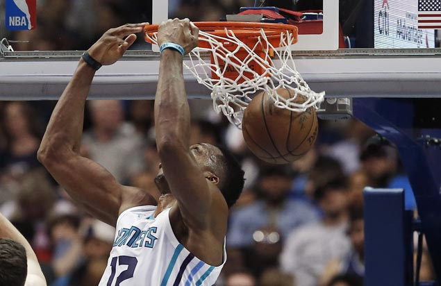 Dwight Howard back with a bang as Hornets overcome Mavs for third straight win