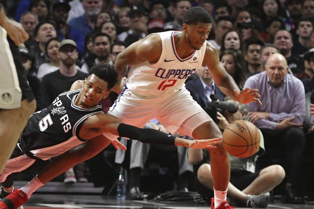Clippers keep playoff hopes alive, dent Spurs' bid for homecourt advantage