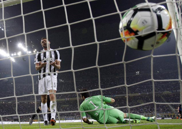 Juventus stays on track for record seventh straight Serie A title with wild win at Inter