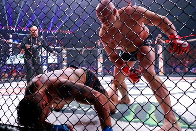 FBI visit not a distraction as Emelianenko hacks out TKO win over Frank Mir