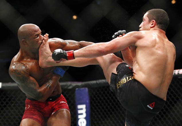 Robert Whittaker injures right hand but outpoints Yoel Romero in rematch at UFC 225