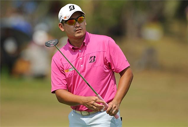 Angelo Que continues to wield hot putter, stands two strokes off Marcus Fraser in Hong Kong