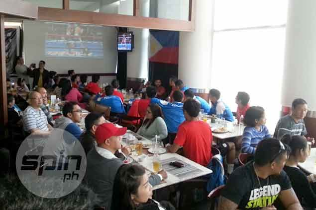 Azkals use rest day to watch Pacquiao-Algieri fight with Filipino community in Hanoi