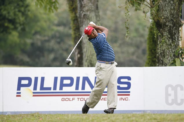 Erwin Arcillas steals limelight from top pros, takes three-stroke lead at Luisita