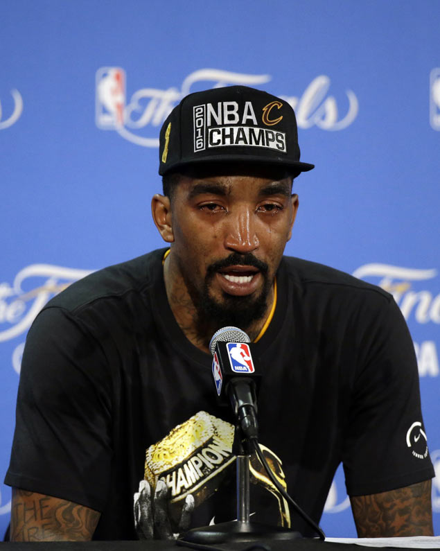 'Bad boy' JR Smith breaks down in tears as he pays tribute to dad, family: 'They're my backbone'