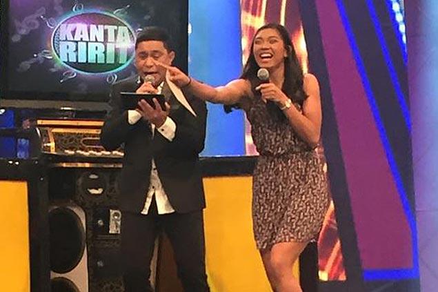 Alyssa Valdez, Espejo game enough to sing along in Sunday Pinasaya noontime show