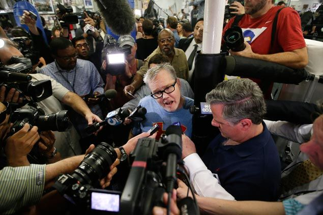 Manny Pacquiao will be doing a 'public service' by beating Floyd Mayweather, says Freddie Roach