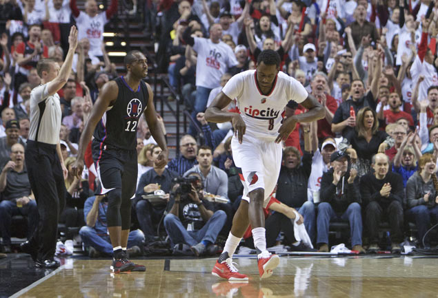 Bad news comes in threes: Paul breaks hand, Griffin re-injures thigh, Clippers lose to Blazers