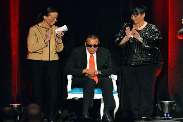 'Louisville Lip' honored as boxing great Muhammad Ali gets award in his hometown
