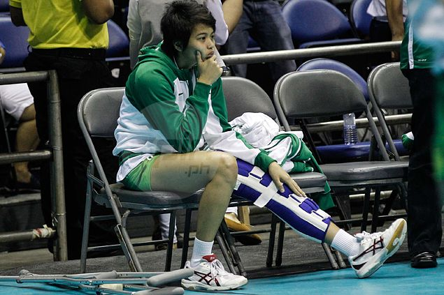 Injured Ara Galang shows up in crutches at Big Dome to support La Salle spikers in UAAP Finals vs Ateneo