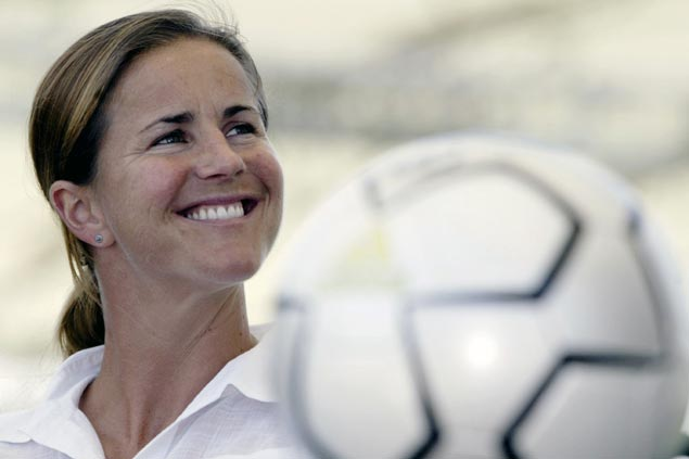 Former US women's soccer team star Brandi Chastain pledges her brain for concussion research