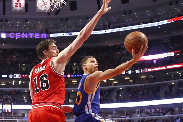 Curry, Warriors breeze past another East contender with romp over Bulls