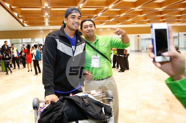 Ryan Reyes obliges for a photo shoot with a fan.